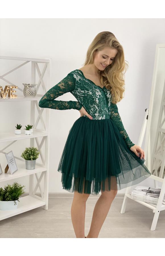 Sukienka idealna do tańca. Pod lekką warstwą tiulu znajduje się krótsza podszewka z satyny.