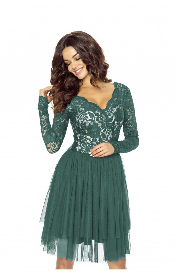 Sukienka o podwójnej długości z długim rękawem. Góra wraz z rękawami wykonana w całości z koronki.