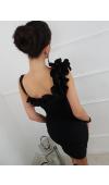 Sukienka na ramiączkach o prostym kroju. Jedno ramiączko z falbaną ciągnącą się na plecy i dekolt.