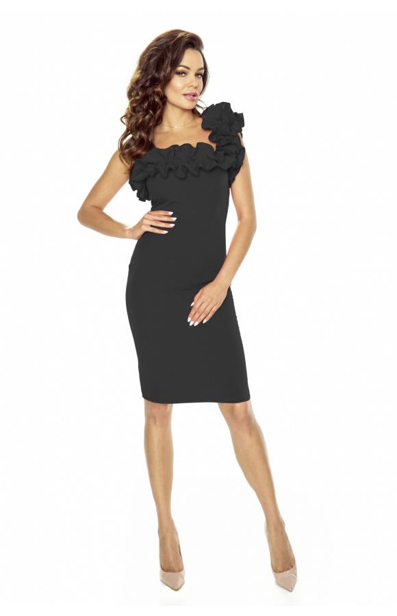 Doskonale dopasowana sukienka pięknie podkreśla figurę i eksponuje nogi.