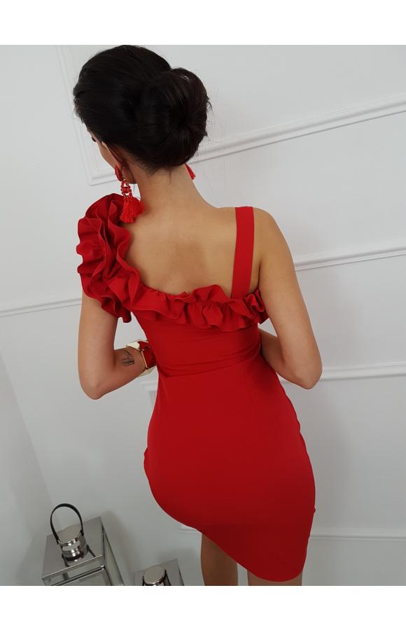Seksowna, czerwona mini, która podkreśla ponętną figurę i eksponuje zgrabne nogi.