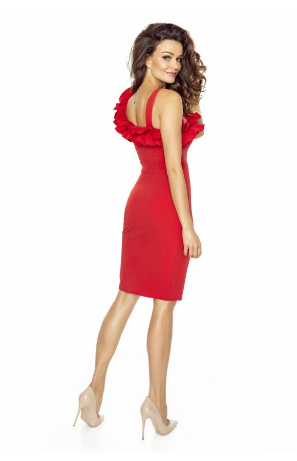 Wygodna i uniwersalna sukienka mini, która zwraca uwagę czerwoną barwą i oryginalnymi zdobieniami.