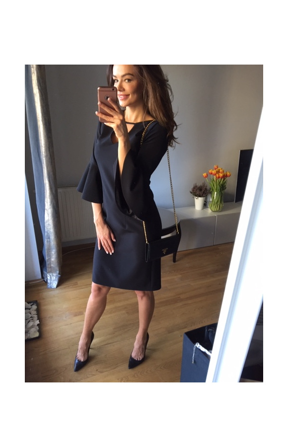 Gustowna, czarna sukienka, którą możesz założyć na dowolną okazję.