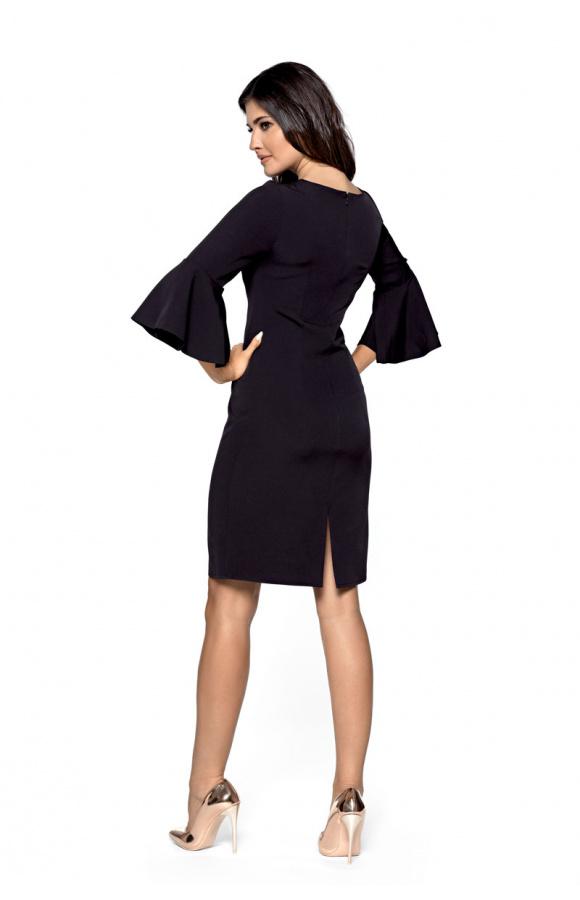 Sukienka ma kloszowane rękawy, które nadają jej oryginalnego charakteru.