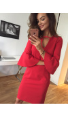 Seksowna, czerwona sukienka o oryginalnym kroju z rozkloszowanymi rękawami ¾.