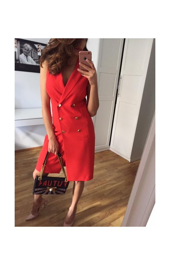 Czerwona sukienka mini o oryginalnym kroju przypominającym trzyrzędową marynarkę.