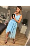 Asymetryczna sukienka z szyfonu w kolorze błękitnym. Spódnica z zakładką eksponuje nogi.
