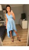 Błękitna suknia o asymetrycznym kroju to pomysł na wieczorowy outfit, który zwróci uwagę otoczenia!