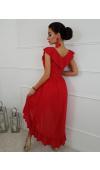 Szyfonowa sukienka z rozkloszowanym dołem zakrywa mankamenty figury i jest doskonała do tańca.