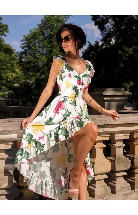 Kwiatowy print wspaniale pasuje na letnie dni i dobrze łączy się z jasnymi dodatkami.