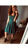 Sukienka bez rękawów, z kopertowym dekoltem i odcinającą się w talii spódnicą z kontrafałdami.