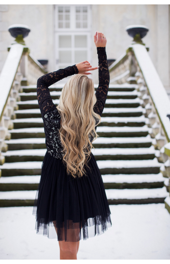 Dzięki wyraźnemu odcięciu w talii sukienka eksponuje kobiece kształty i podkreśla proporcje ciała.