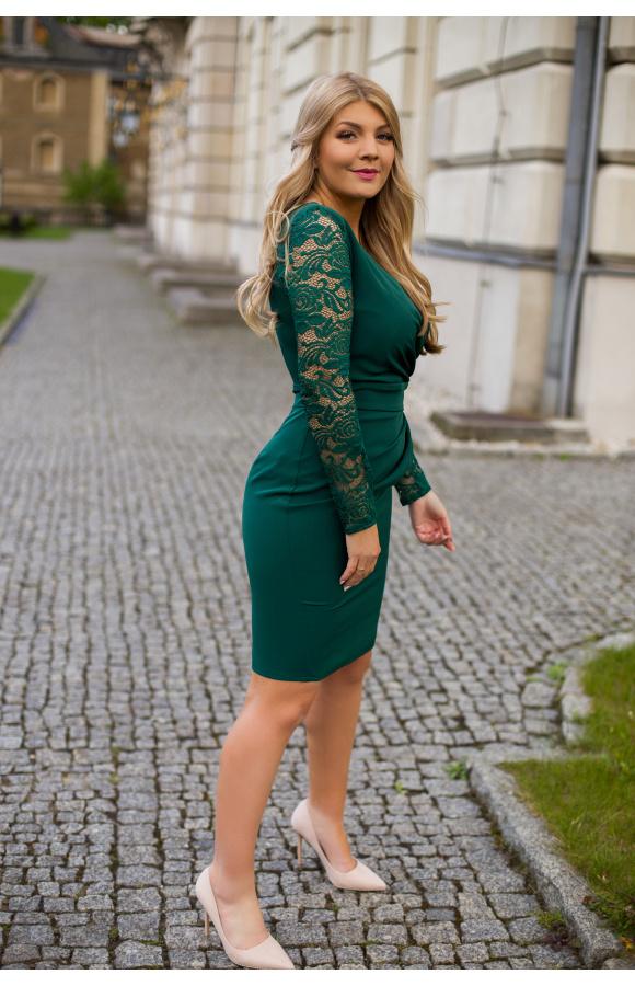 Mini sukienka z koronkowymi rękawami podkreśla krągłości i jest dostępna w rozmiarach plus size.