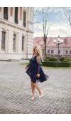 Tiulowa warstwa spódnicy pięknie unosi się w tańcu, co dodaje jej uroku.