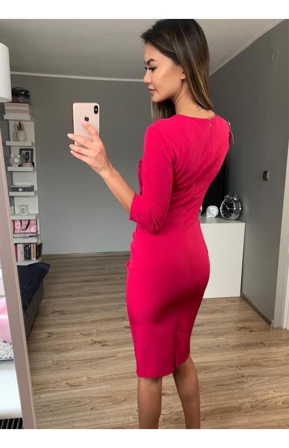 Zachowawcza sukienka jest świetna na co dzień, do pracy i na spotkania towarzyskie.
