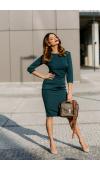 Klasyczna, szmaragdowa sukienka midi z rękawem ¾. Zachwyca prostotą i uniwersalnością.