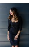 Klasyczna, czarna sukienka o prostym kroju. Doskonała na okazje formalne i nieformalne.