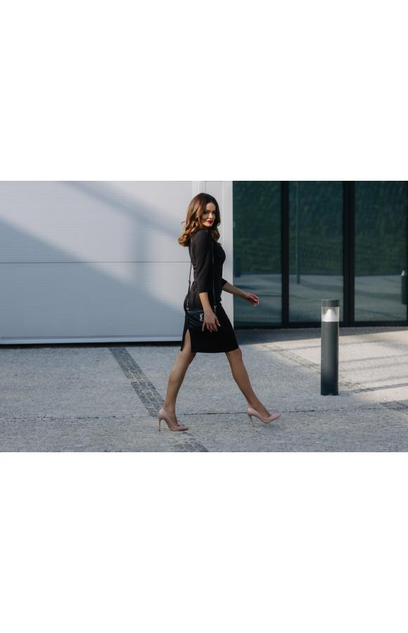Ponadczasowy krój sprawia, że sukienka jest odpowiednia na uroczystości, do pracy i na co dzień.