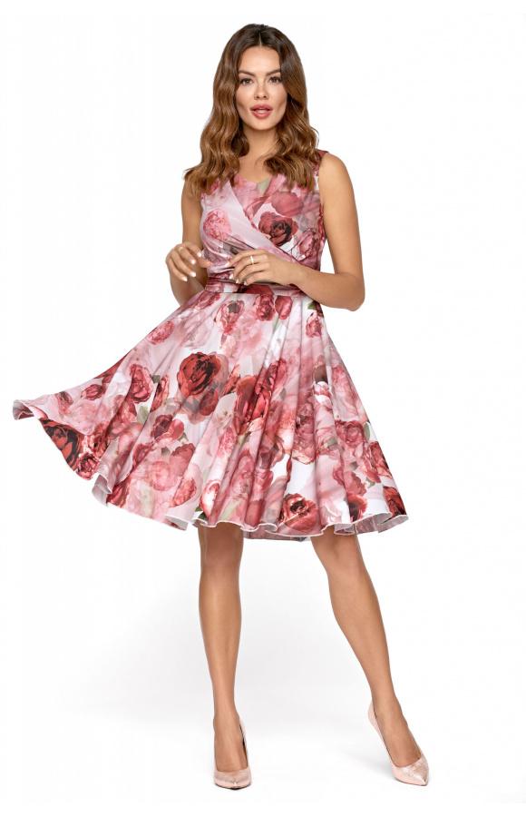 Kopertowy dekolt i odcięta, rozkloszowana spódnica dają perfekcyjne proporcje sylwetki.