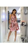 Zwiewna sukienka midi z bajecznym printem w róże to propozycja na wiele okazji.