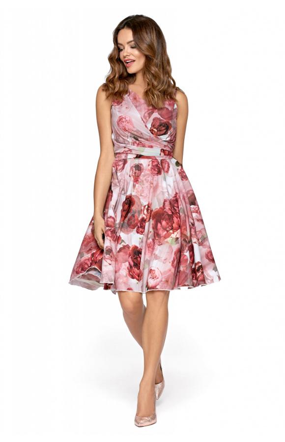 Sukienka w róże sprawdzi się jako outfit na wszelkie letnie uroczystości i imprezy towarzyskie.