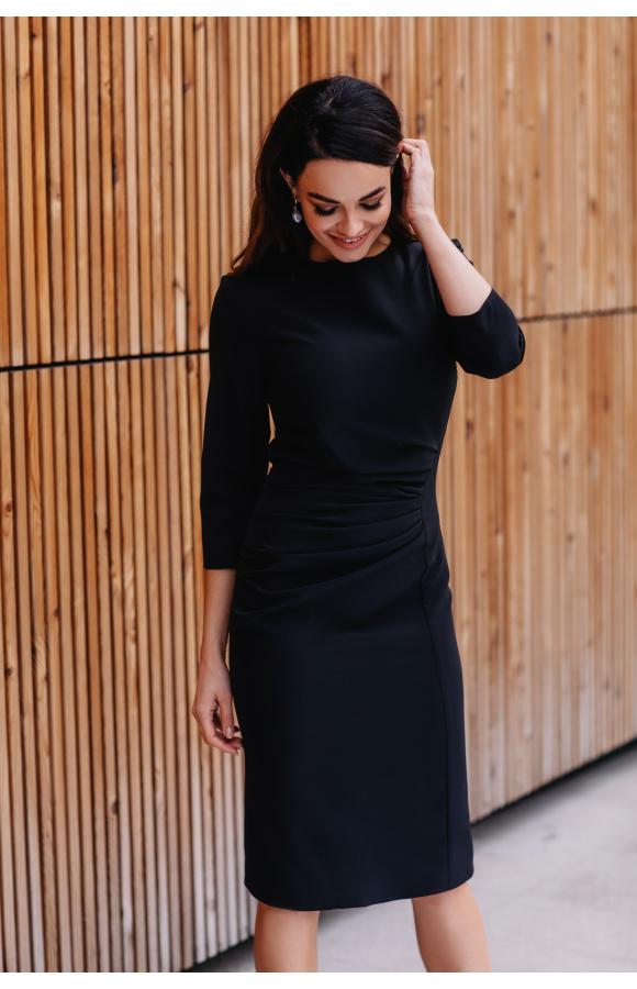 Klasyczna sukienka z rękawem ¾ i minimalnym dekoltem. Idealna do każdej sylwetki i na wiele okazji.