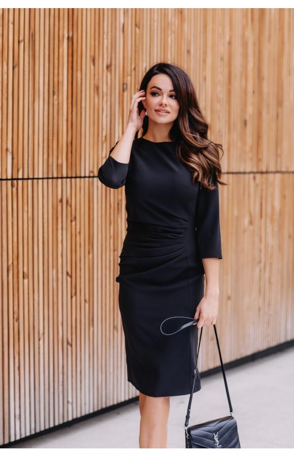 Stylowa, czarna sukienka midi za kolano. Prosty fason z wyszczuplającym drapowaniem na boku.