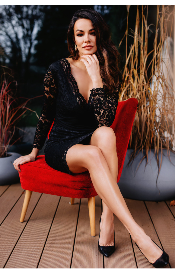 Czarna, wieczorowa sukienka mini. Opięty fason pięknie współgra z koronkowym materiałem.