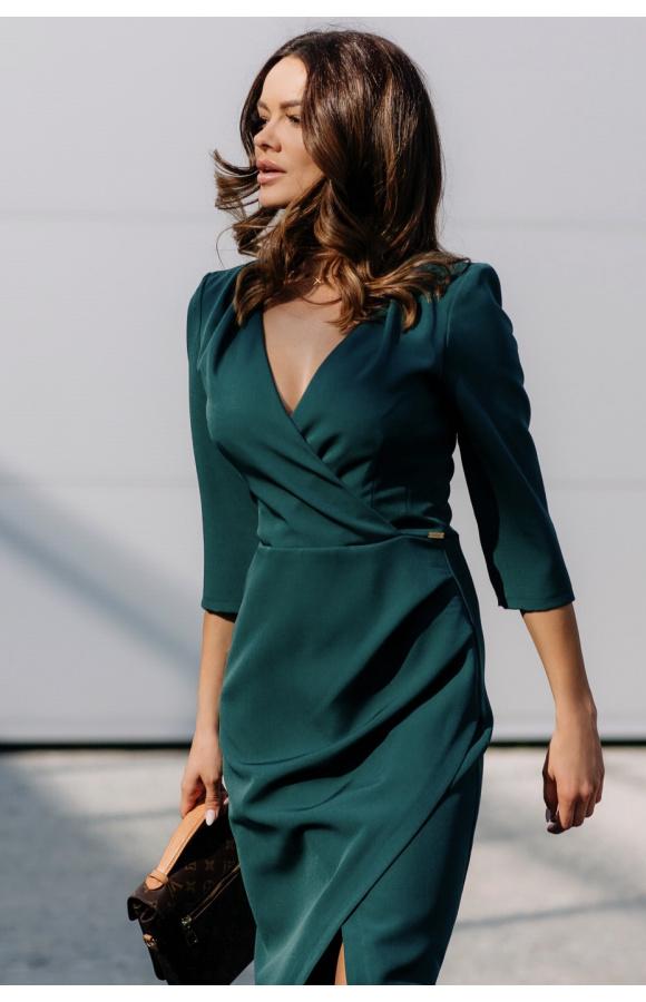 Piękna sukienka z kopertowym dekoltem. Kolor szmaragdowy podkreśla krój z rozcięciem na udzie.