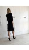 Klasyczna, elegancka sukienka z kopertowym dekoltem i niewielkim rozcięciem na udzie.