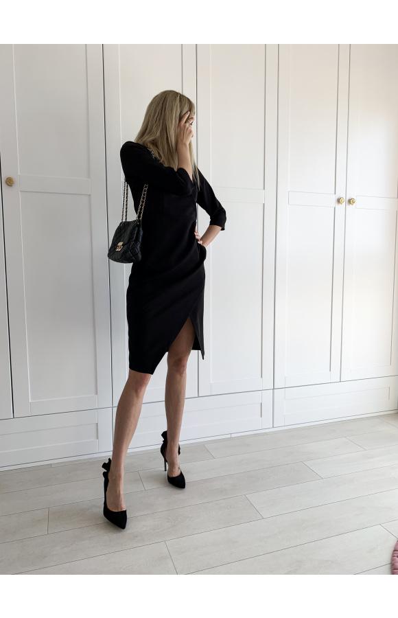 Elegancka, czarna sukienka z rękawem ¾ i asymetrycznym dołem. Sprawdzi się do pracy i nie tylko.