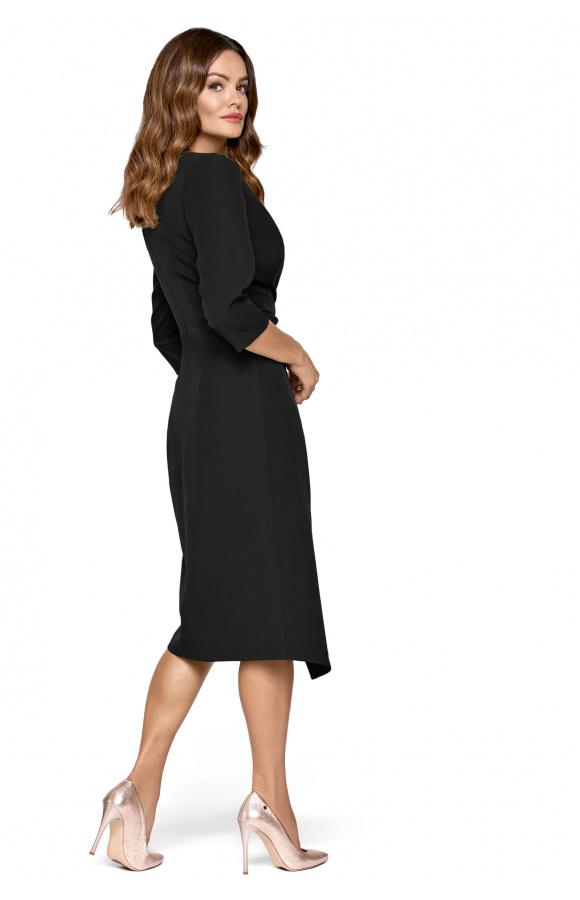 Prosta sukienka z niewielkim drapowaniem, które pięknie maskuje niedoskonałości figury.