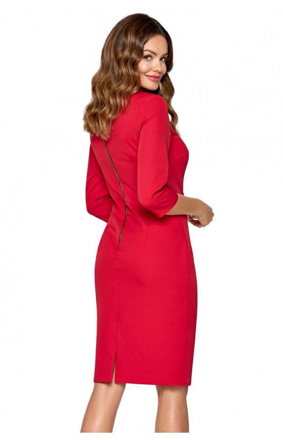 Czerwona sukienka doskonale komponuje się z czarnymi dodatkami. Jest dobra do pracy i na przyjęcie.