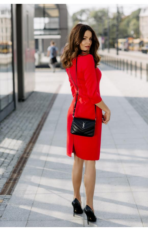 Elegancka, czerwona sukienka przed kolano z widocznym, ozdobnym zamkiem.