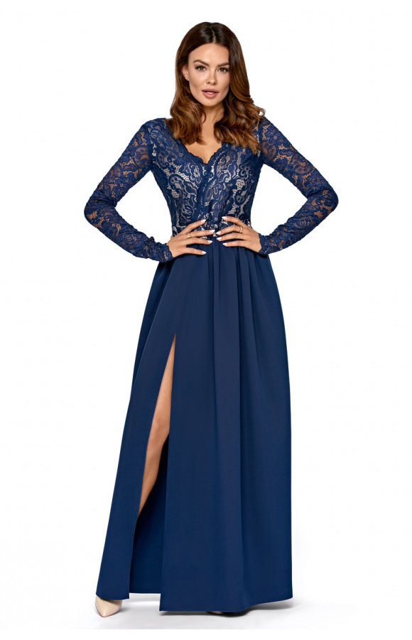 Imponująca sukienka maxi z wyraźnym rozcięciem wzdłuż nogi wysmukla figurę i optycznie wydłuża nogi.
