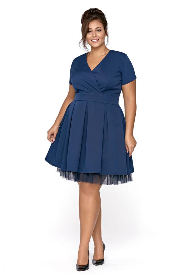 Zachwycająca, rozkloszowana sukienka do kolan w kolorze granatowym. Ma krótki, wygodny rękaw.