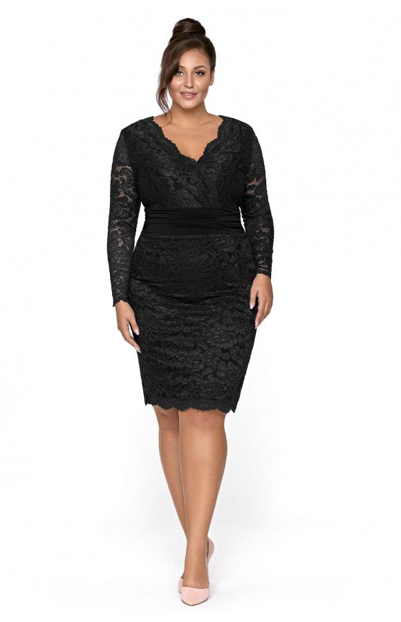 Czarna, dopasowana sukienka do kolan w wersji plus size. Design celuje w klasyczną elegancję.