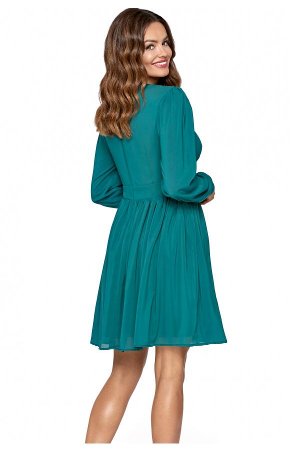 Fason sukienki pięknie eksponuje nogi, delikatnie zaznacza biust i optycznie wysmukla szyję.