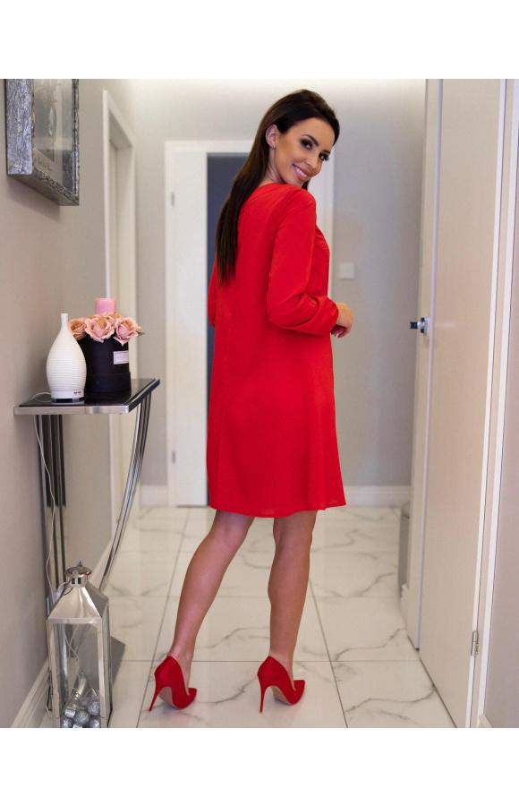Krótka, luźna sukienka z długim rękawem i minimalistycznym dekoltem gwarantuje maksimum wygody.
