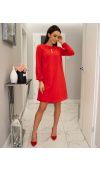 Czerwona sukienka o fasonie trapezu sprawdzi się jako strój na każdą okazję, nawet na co dzień.
