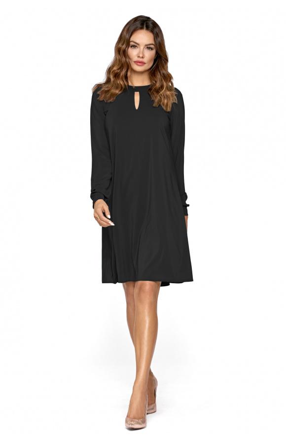 Elegancka, czarna sukienka trapezowa z długim rękawem. Dekolt pod szyję ozdobiony wycięciem.