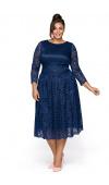 Nietuzinkowa, niebieska sukienka midi w wersji plus size. Wykonana z koronki i satyny.