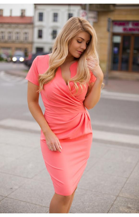 Elegancka sukienka mini o niebanalnym, koralowym odcieniu to opcja na dowolne wyjście.