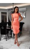 Opięta, koralowa sukienka midi na wiele okazji. Krój bez rękawów, z ozdobną, pionową falbaną u dołu.