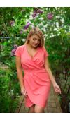 Koktajlowa sukienka mini o fasonie tulipana w kolorze koralowym. Krój z krótkim rękawem.