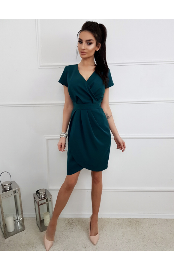 Sukienka z krótkim rękawem ma stylowy, kopertowy dekolt i pasek atrakcyjnie zaznaczający talię.