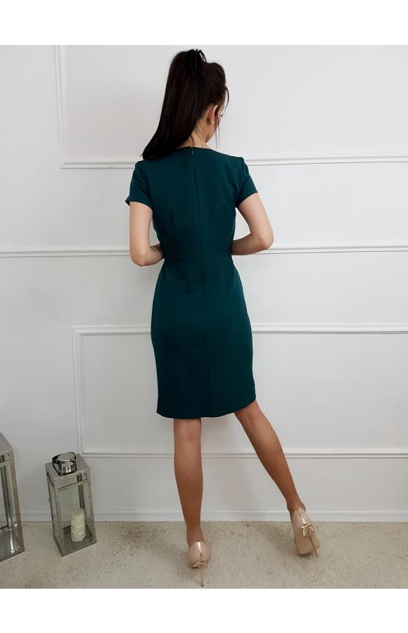 Odpowiednio dobrany materiał sprawia, że sukienka pięknie układa się na ciele i podkreśla figurę.