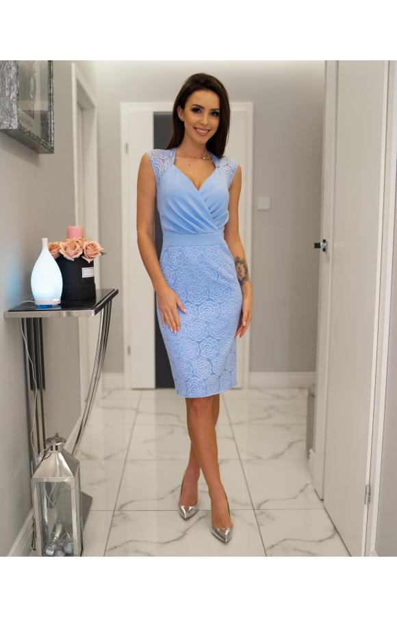 Błękitna sukienka o oryginalnych zdobieniach w postaci kwiatowej koronki na ramionach i spódnicy.