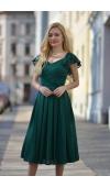 Skromna, a jednocześnie zachwycająca sukienka z szyfonu wpisuje się w ponadczasowe trendy.