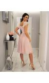 Cudowny dół sukienki jest wykonany z lejącego się szyfonu, a uroku dodaje satynowa podszewka.